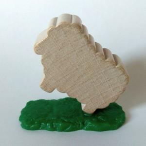 EVA: Holzschaf auf Plastikgras in der Pose eines sich aufbäumenden Schlachtrosses