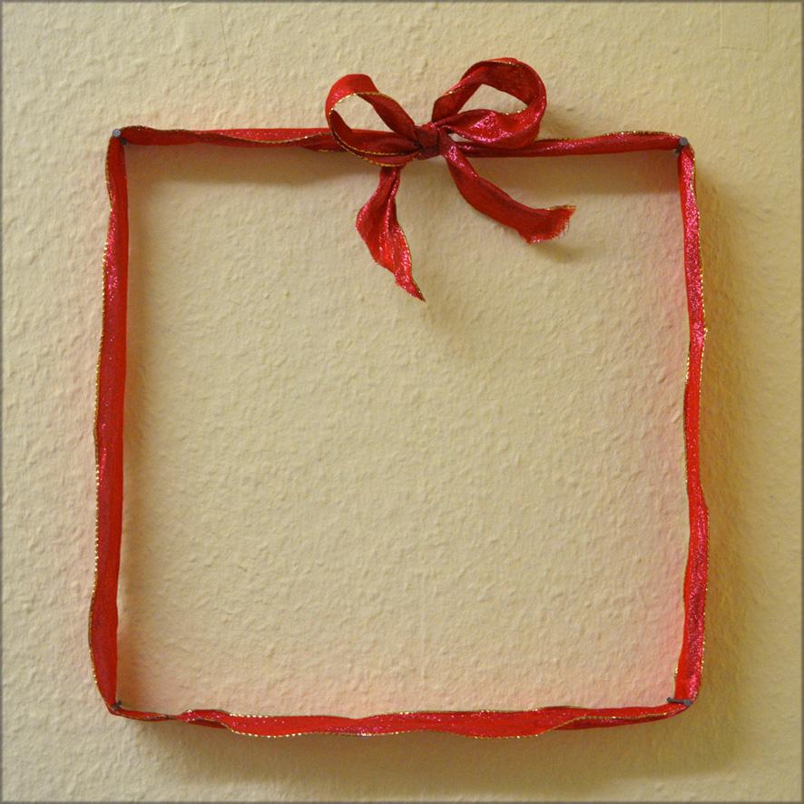 Schleife, in Form eines Geschenks angebracht um 4 Nägel