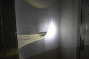 Durchleuchtung eines Sektglases mittels einer Taschenlampe