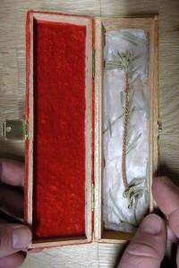 Geöffnetes Reliquienkästchen Der Tannenbaum