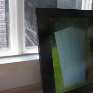 Foto im digitalen Bilderrahmen: Rueckseite eines Grabsteins