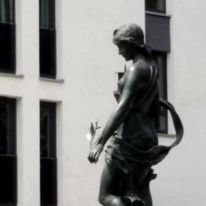 Hamburger Brunnenfigur mit Oelzweig