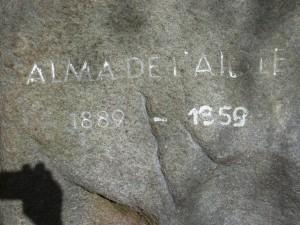 Gedenkstein Alma de l'Aigle mit Schatten der Fotografin