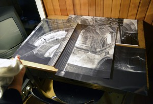 Fotos einer Kathedrale auf einem Tisch in einer Gartenlaube