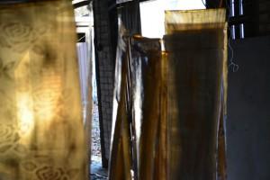 Installation von Bettina Ulitzka-Allali:Goldene Fahnen im Wind.