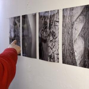 Vier Schwarzweissfotos von Sabine Hoepfner, links eine aus einem roten Pullover ragende, auf die Fotos deutende Hand.