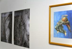 Zwei Schwarzweissfotos von Sabine Hoepfner, rechts daneben eine bunte Engelspostkarte.