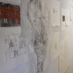 Zeichnungen von Jenni Tietze, arrangiert an einer Wand.