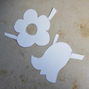Zwei Papieranziehsachen für Blumen auf einer Marmorbank