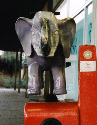 Foto eines Kinderreittiers in Gestalt eines daemonischen Elefanten