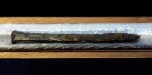 Rostiger Nagel in einem mit Samt ausgeschlagenen Zigarrenkaestchen.