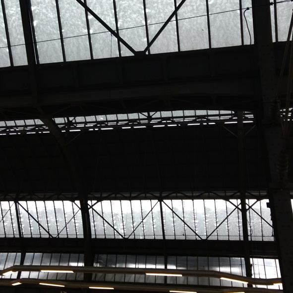 Schwarzweissfoto der Karlsruher Bahnhofshalle
