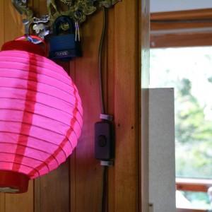 Roter Lampion in der Gartenlaube