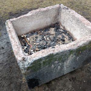 Als Mülleimer sich entpuppendes Steingefäß im Hamburger Volkspark