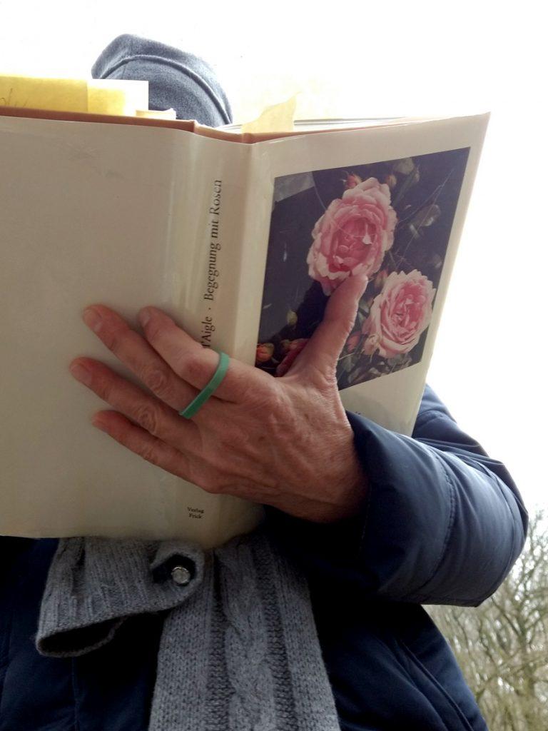 Bettina liest zum Welttag der Poesie aus dem Rosenbuch von Alma de l'Aigle