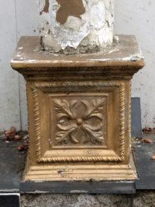 Foto von EVA von einer alten Grabstätte mit abblätterndem Gold.