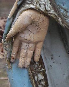 Foto einer Hand von einer Marienstatue von Bettina Ulitzka-Allali.