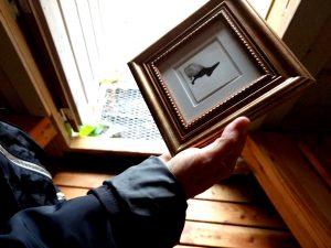 EVAs Zeichnung Dämmerungshase im Goldrahmen in der Hand von Bettina beim Goldschimmel
