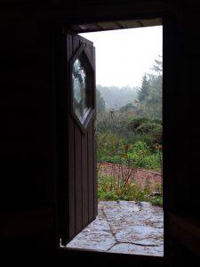 Blick aus Hüttentür hinaus ins regnerische Freie