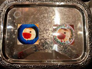 EVAs Silbertablett mit Fotos von 2 Marmeladenrotkehlchen
