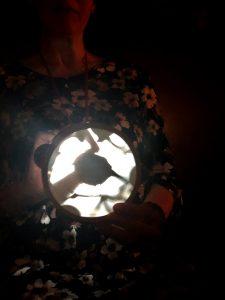 Die Hamburger Künstlerin EVA mit ihrem Rotkehlchen-Schattentheater