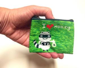 Geldbeutel mit der Aufschrift I love Money und einem grinsenden Tier mit dem Schriftzug EVA auf dem Leib.
