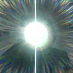 Sabine Höpfner zaubert mit ihrer magischen Taschenlampe ein Kirchenfenster