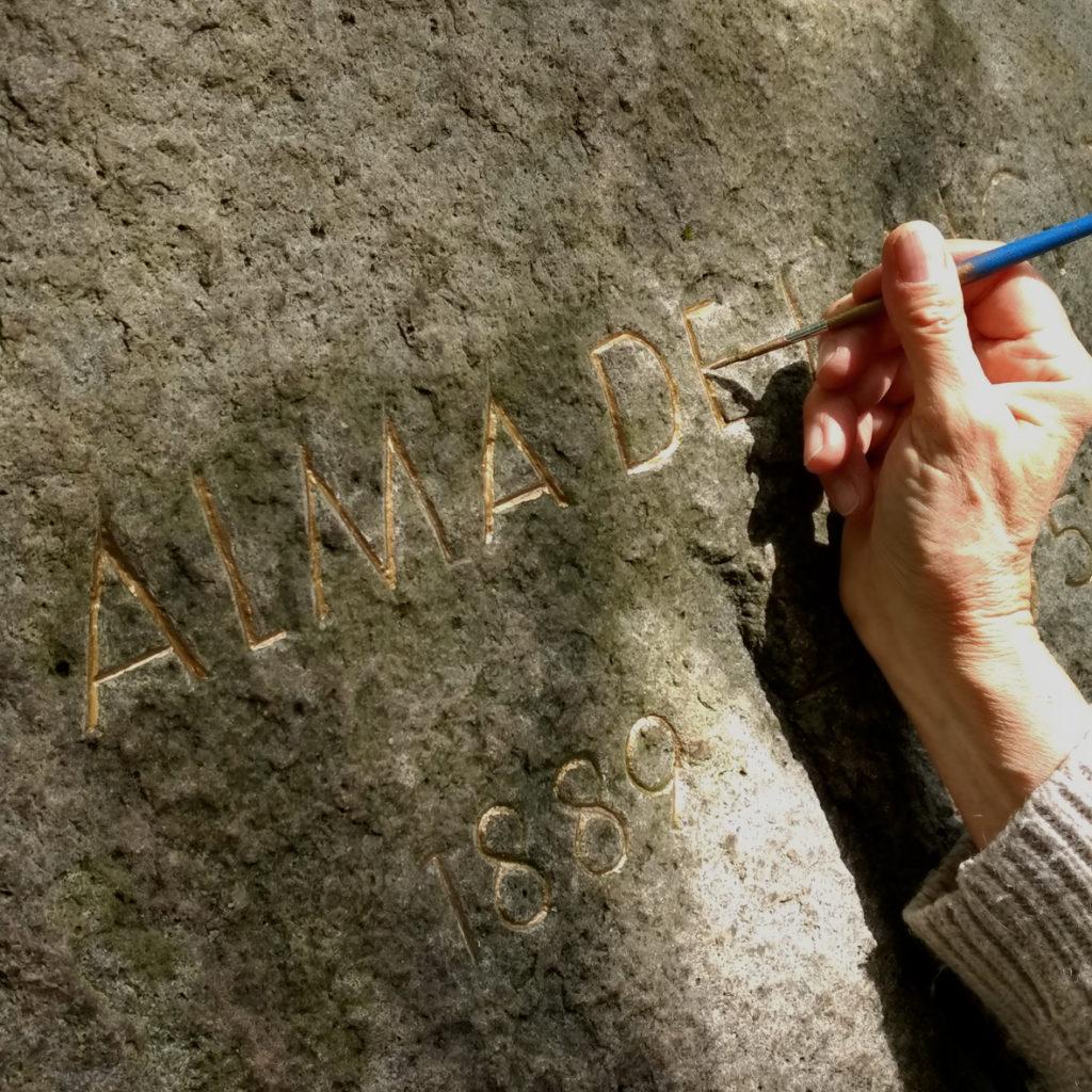 Die Hamburger Künstlerin Bettina Ulitzka-Allali vergoldet die Buchstaben auf Almas Gedenkstein im Mai 2020