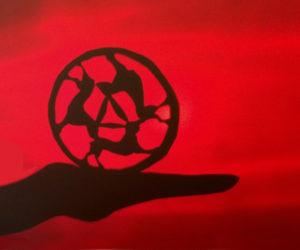 Schattenbild eines Dreihasenkreises auf einer geöffneten Hand. Foto von EVA.