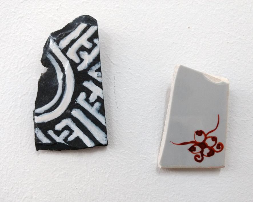 Zwei mit Delfter Eckmotiven bemalte Fundstücke, Objekte aus der Reihe Vassallenstücke von der Hamburger Künstlerin EVA.