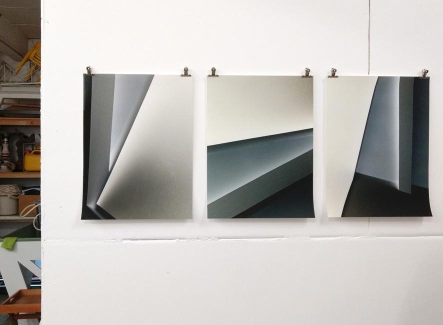 Drei neue Fotos aus Sabine Höpfners Mountaineer-Club, fotografiert in ihrem Atelier mit Blick auf diverse im Hintergrund gelagerte Materialien.